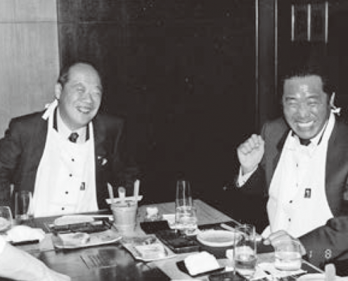 和田一夫氏(左)と一緒に会食する下地常雄会長