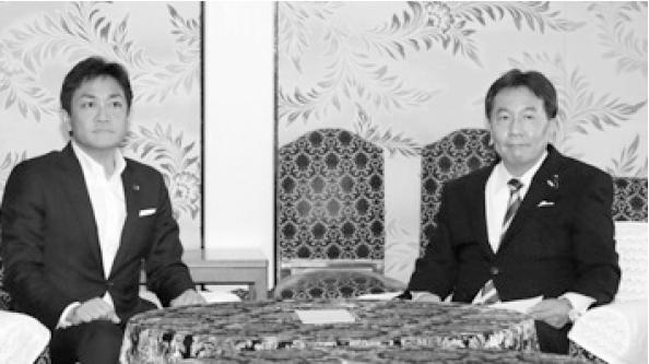 衆参両院で統一会派を組むことになった国民民主の玉木氏(左)と立憲の枝野代表