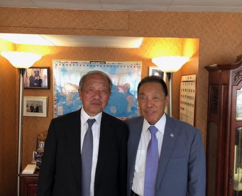 塚本発行人(左)と下地会長(右)