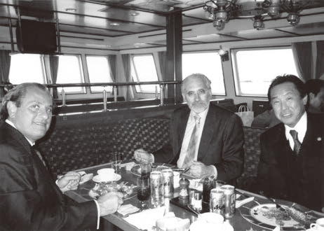 サンタマリア号でメサ大統領(中央)とボリビア共和国在日大使(左)と一緒に会食